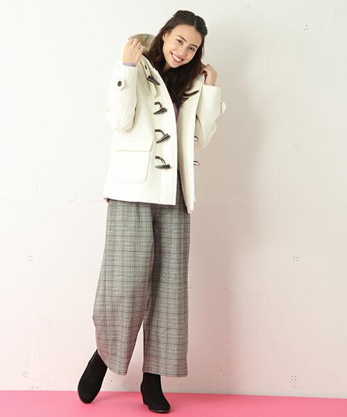 ショート丈白ダッフルコート×グレンチェックワイドパンツのコーデ画像