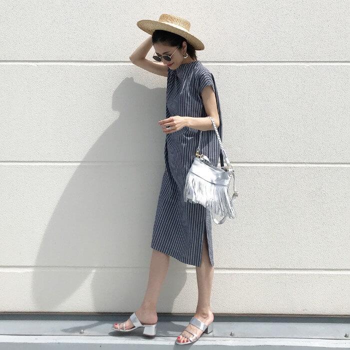 ストライプサマードレス×シルバーサンダルのコーデ画像