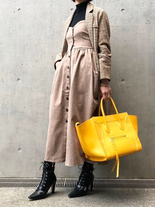 ブラウンワンピースと同系色のチェック柄コートのコーデ画像
