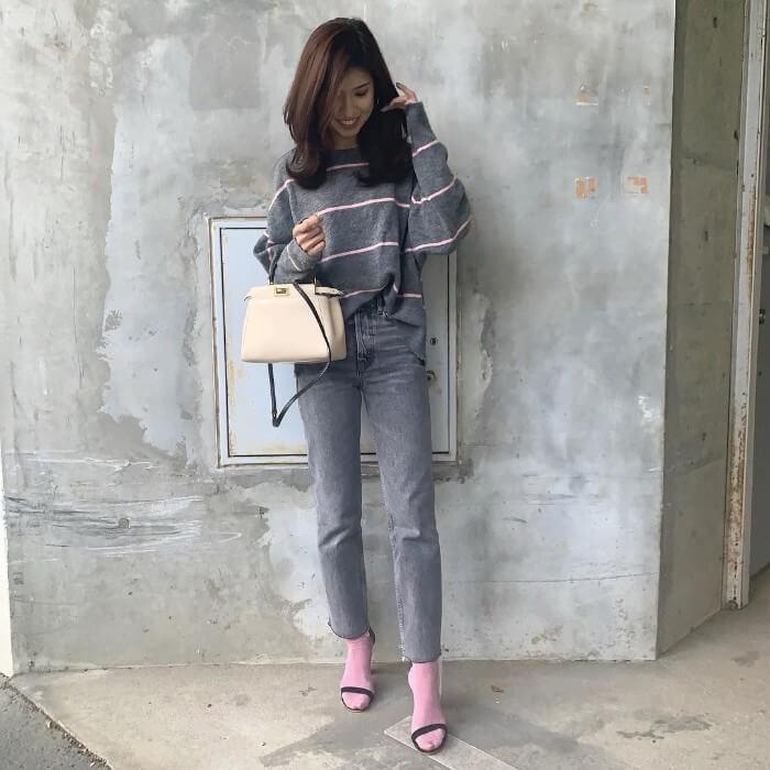 グレーデニムアンクルパンツ×ピンク靴下×サンダルのコーデ画像