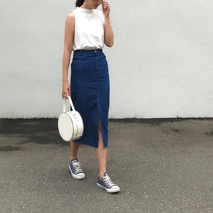 白ノースリーブトップス×デニムスリットスカートのコーデ画像