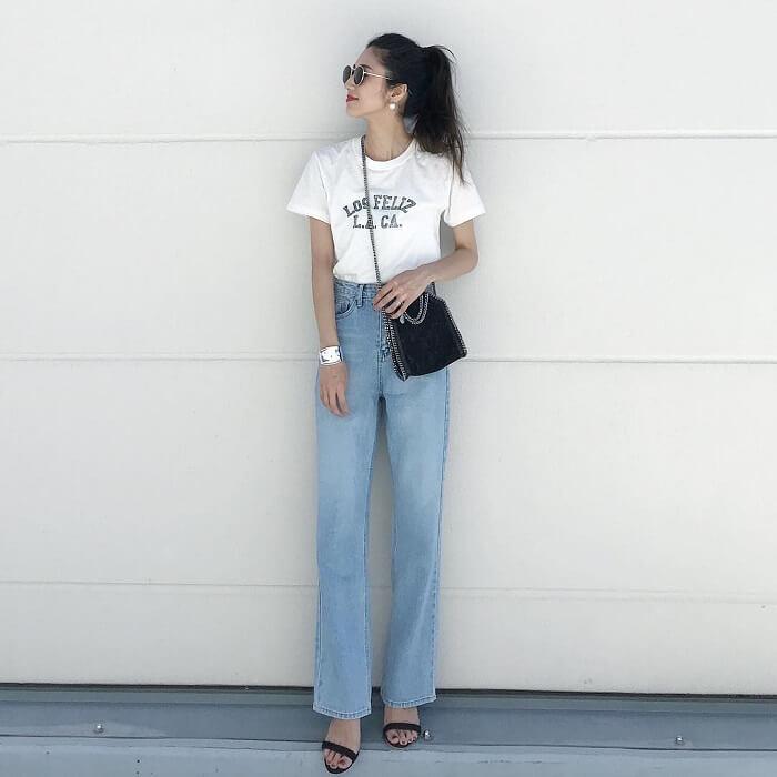 白Tシャツ×ライトブルーワイドのデニムのコーデ画像
