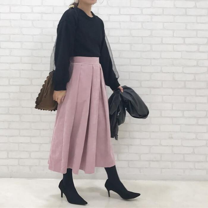 くすみピンク色タックスカート×黒チュールスリーブトップスのコーデ画像