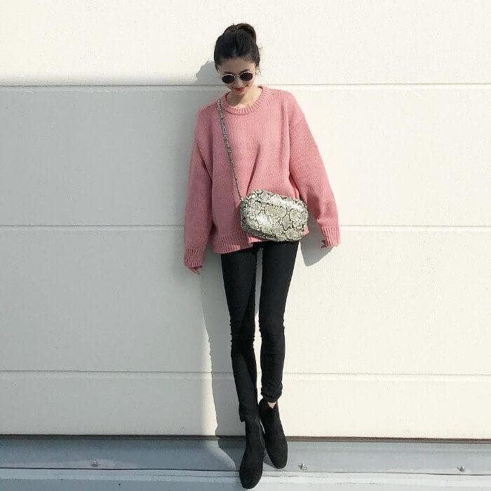 黒スキニー×黒ブーツ+キレイ色のコーデ画像