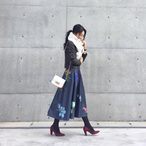 ネイビーフレアスカート×ライダースジャケットのコーデ画像