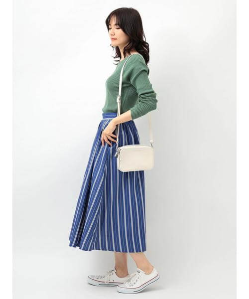 グリーンニット×ブルーストライプスカートのコーデ画像
