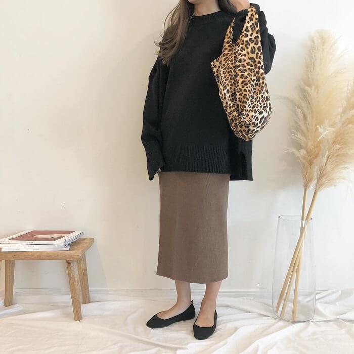 黒ロングニット×茶色タイトスカート×黒フラットシューズのコーデ画像