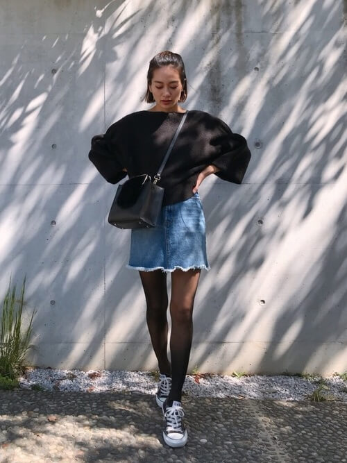 マイクロミニのデニムスカート×美脚ストッキングのコーデ画像