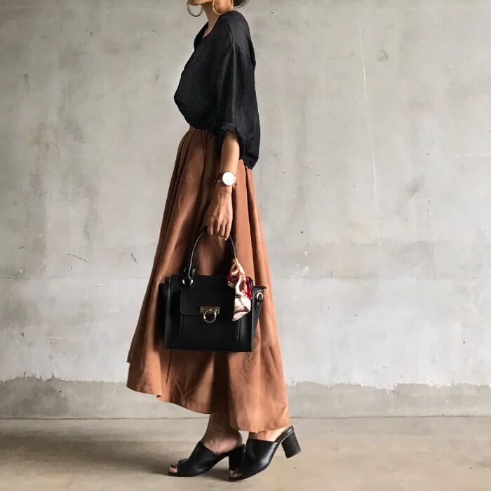 タックフレアスカートの渋色サマーコーデのコーデ画像