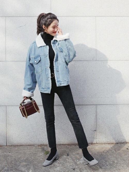 ボアデニムジャケットと黒スキニー×グレーパンプス×ミニバッグのコーデ画像