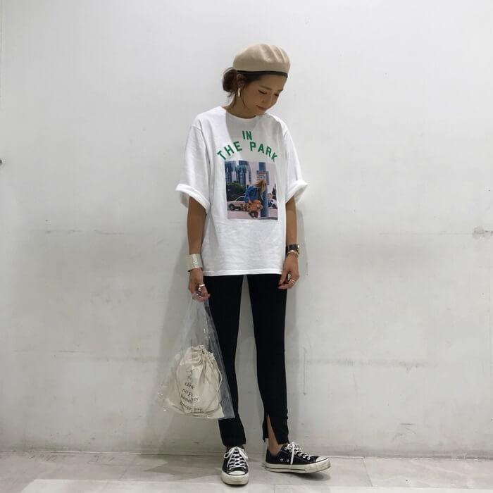 白プリントTシャツ×黒スリットレギンスのコーデ画像