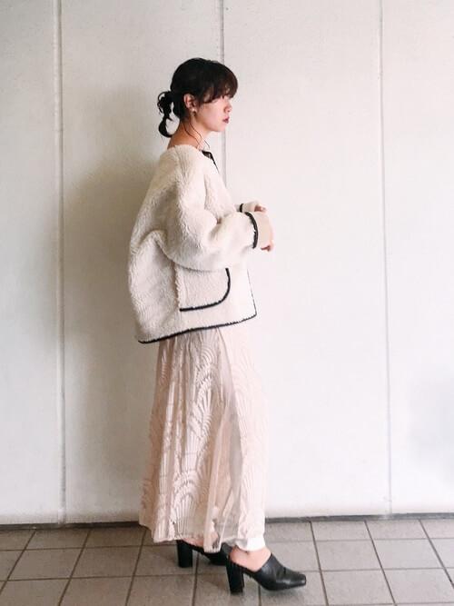 白ボアブルゾン×薄ピンクレースワンピースのコーデ画像