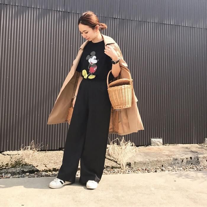 黒プリントTシャツ×黒ワイドパンツ×ベージュトレンチのコーデ画像