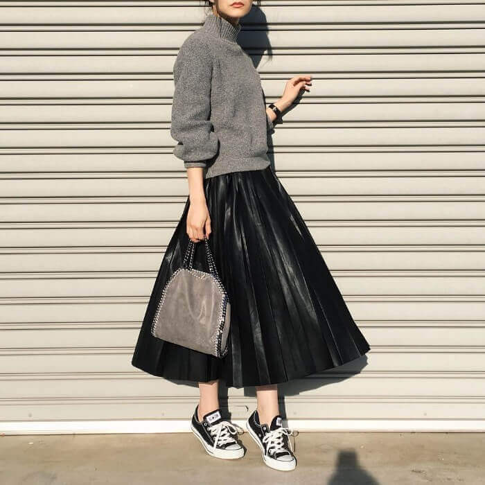レザー調黒フレアスカート×黒スニーカーのコーデ画像