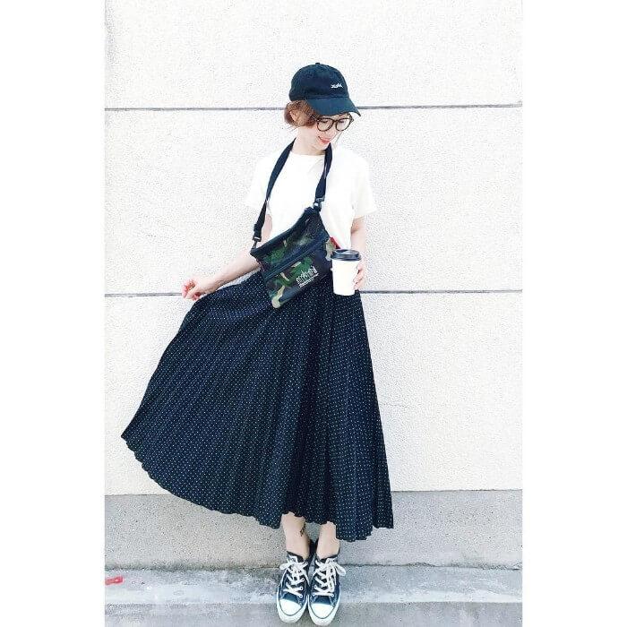 白Tシャツ×ドット柄プリーツスカートのコーデ画像