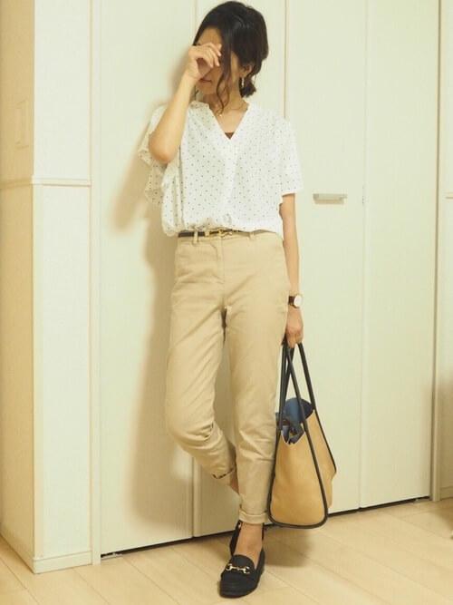 白ドットシャツ×ベージュテーパードパンツのコーデ画像