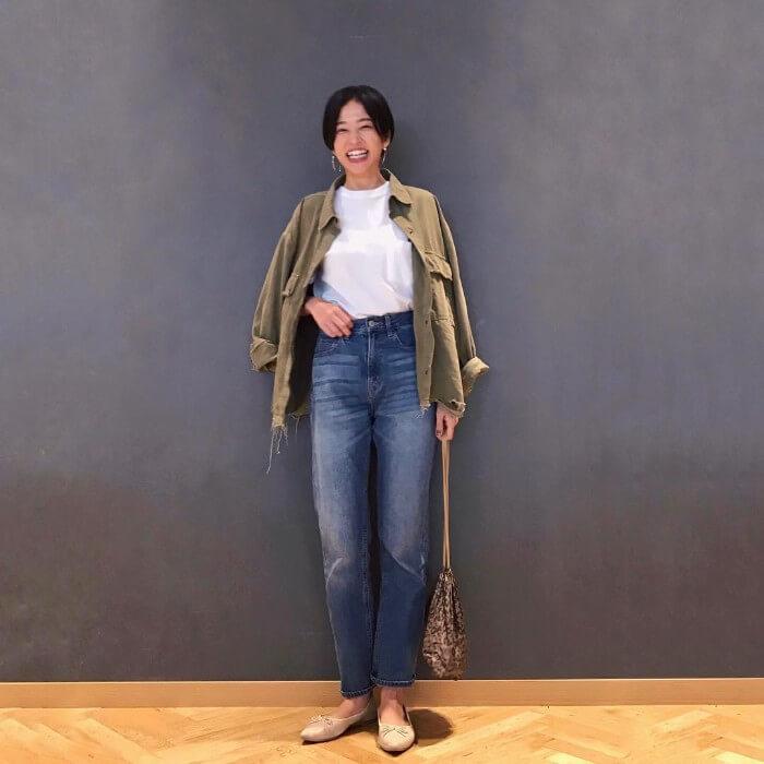ミリタリーシャツ×白無地Tシャツのコーデ画像