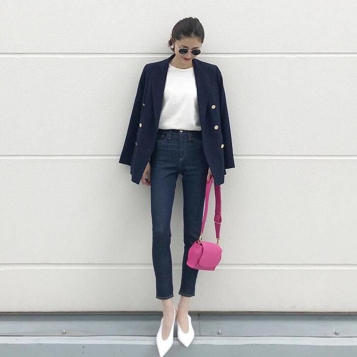 紺テーラードジャケット×白T×デニムパンツのコーデ画像