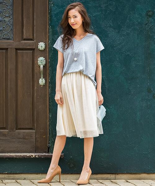 グレーVネックTシャツ×白チュールスカートのコーデ画像