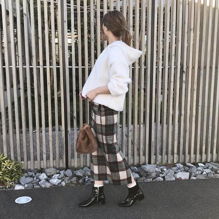 白のボアプルオーバー×タータンチェックタイトスカートのコーデ画像