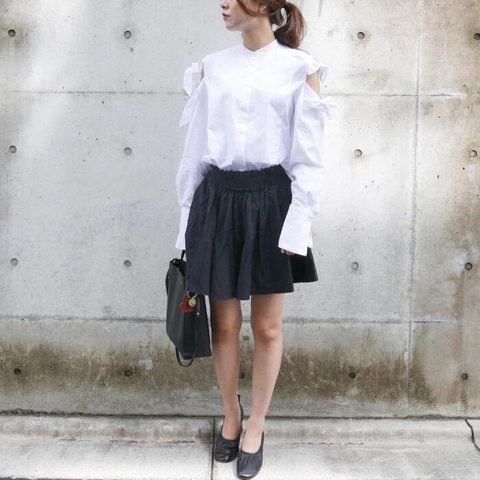 デザイン白ブラウス×ミニ丈黒スカートのコーデ画像