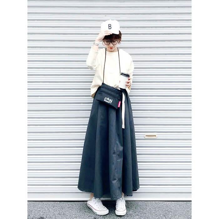 マキシ丈の黒フレアスカート×白スニーカーのコーデ画像