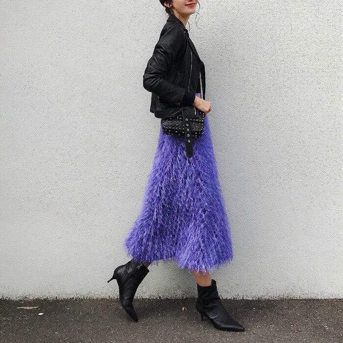 パープルのスカート×黒ライダース×ポインテッドトゥショートブーツのコーデ画像
