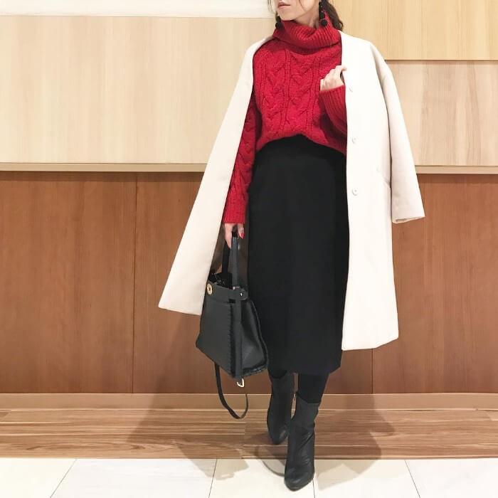 レッド(赤)トップス×黒スカートのコーデ画像