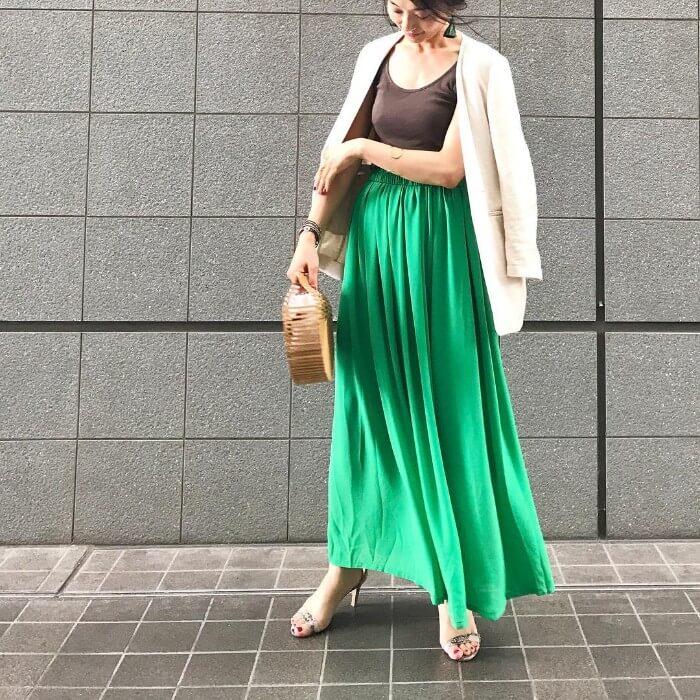 ベージュジャケット×グリーンロングスカートのコーデ画像