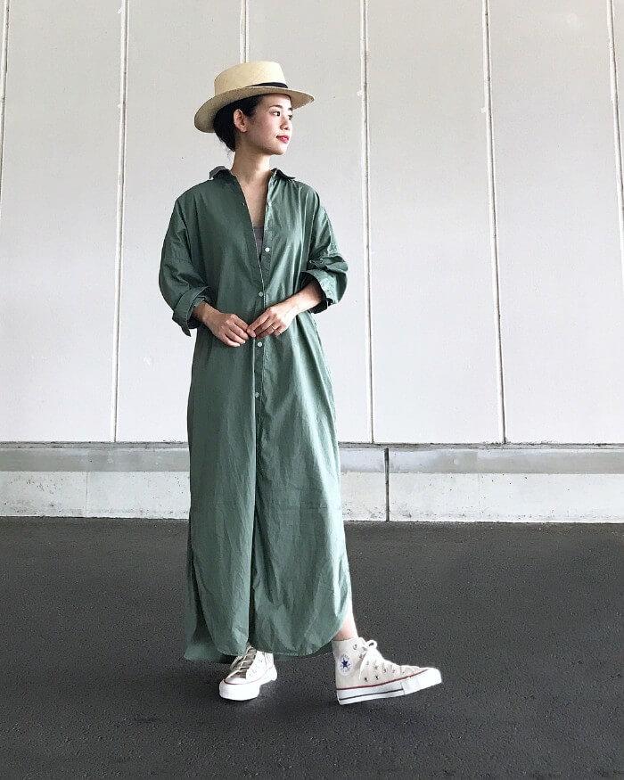 パナマ帽×緑シャツワンピース×白コンバースのコーデ画像