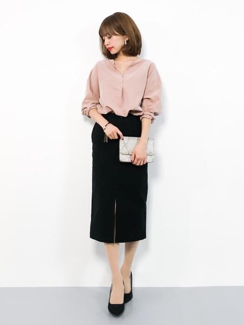 サーモンピンクのブラウスと黒のタイトスカートのコーデ画像