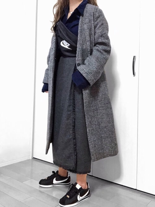 グレーツイードタイトスカート×グレーノーカラーコートのコーデ画像