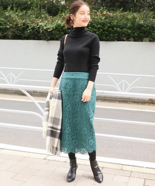 グリーンレーススカートと黒のタイトニットのコーデ画像