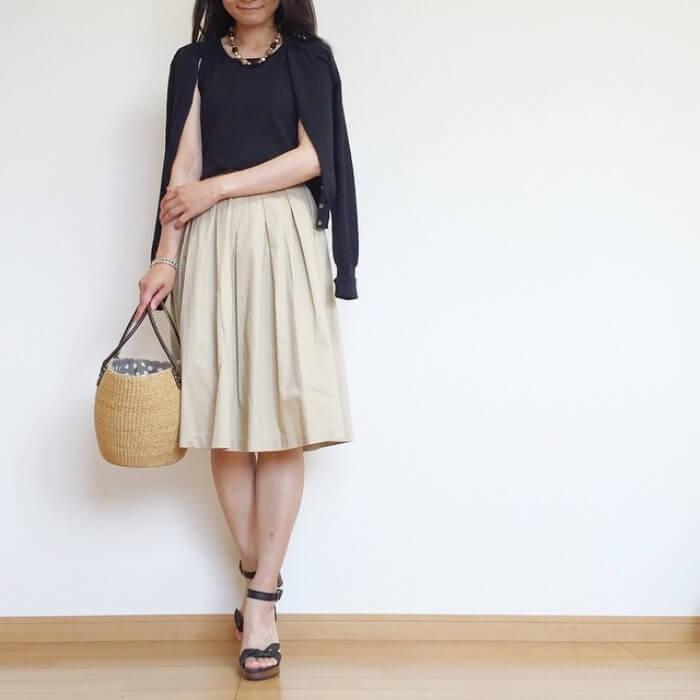 ベージュのタックフレアスカートのコーデ画像