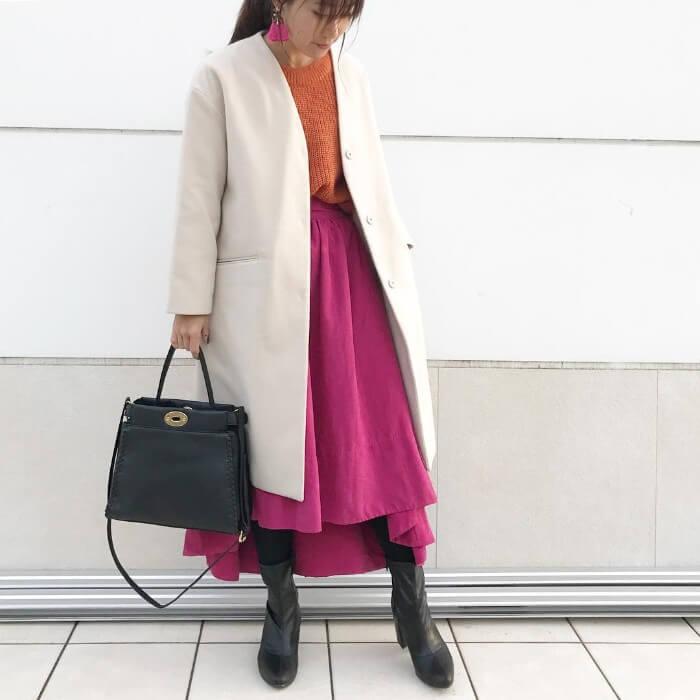 オレンジインナー×ピンクフレアスカート×白コート