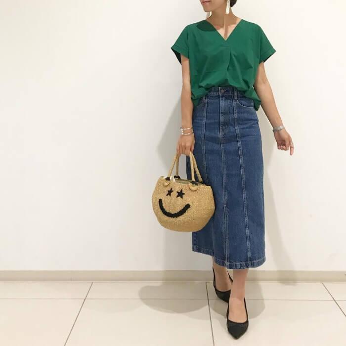 グリーンブラウス×ハイウエストデニムタイトスカートのコーデ画像