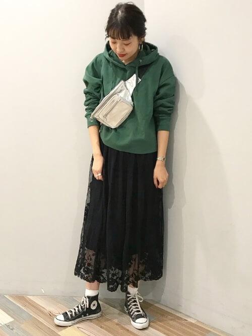 緑パーカー×レーススカートのコーデ画像
