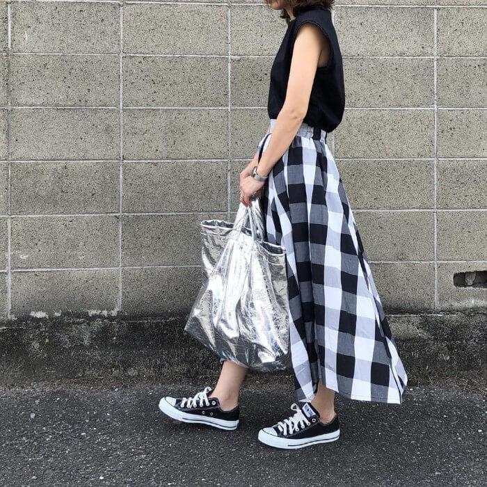 チェック柄ロングスカート×黒スニーカーのコーデ画像