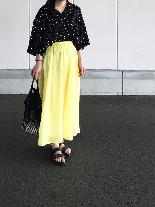 黒ドットシャツ×イエローフレアスカートのコーデ画像