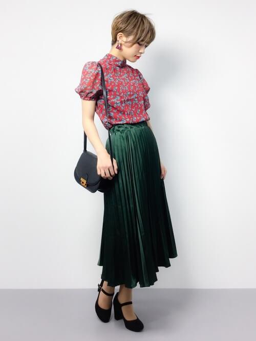花柄ハイネックブラウス×グリーンプリーツスカートのコーデ画像