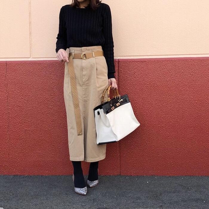 黒ニット×チノコクーンスカートのコーデ画像