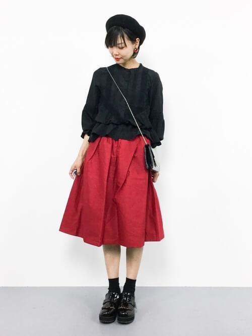 黒ブラウス×赤フレアスカートのコーデ画像