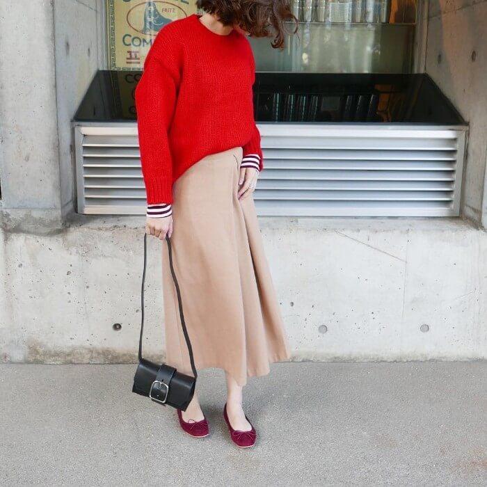 赤ニット×ベージュボックススカートのコーデ画像