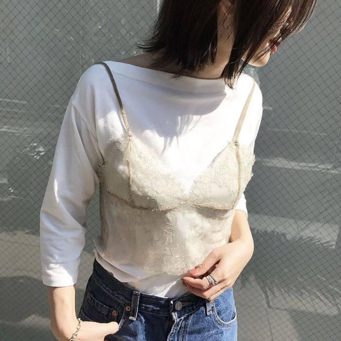 「コンパクトサイズ」のTシャツにキャミソールを重ねたコーデ画像