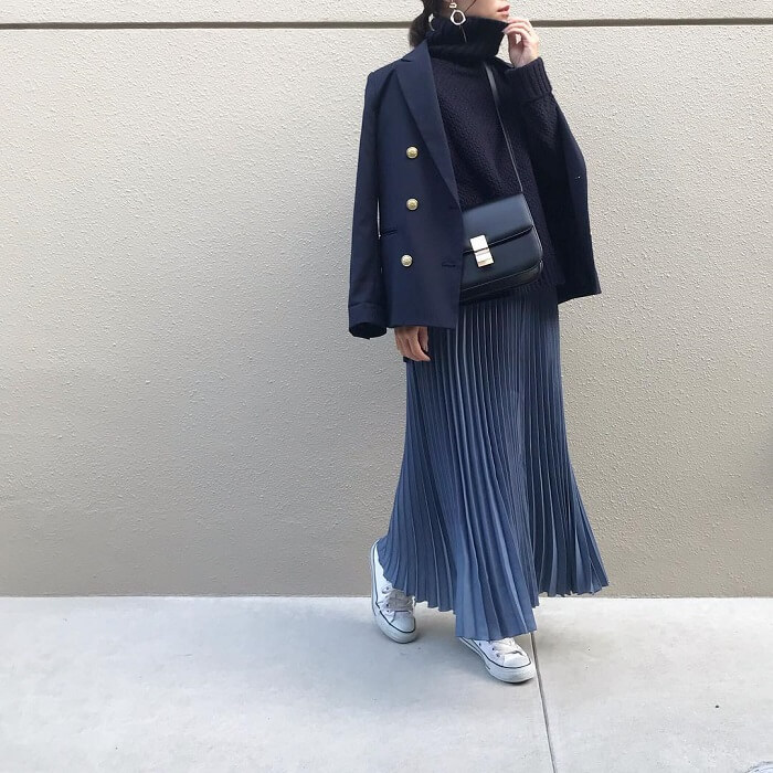 紺テーラードジャケット×ブルーのプリーツスカートのコーデ画像