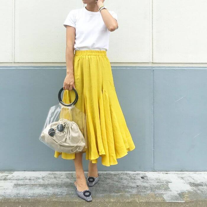白T×イエローフレアスカートのコーデ画像