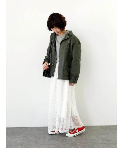 カーキブルゾン×白チュールスカートのコーデ画像