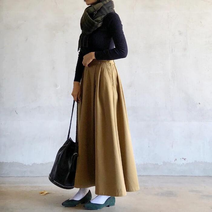 ロングフレアスカート×ソックス×パンプスのコーデ画像