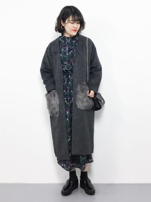 グレーノーカラーコート×黒花柄ワンピースのコーデ画像