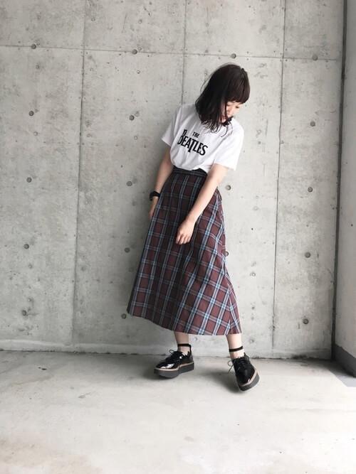 Tシャツ×フレアスカート×ライン入りシースルーソックスのコーデ画像